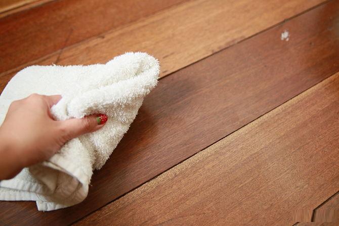 Sử dụng khăn mềm để lau sạch sàn nhà.