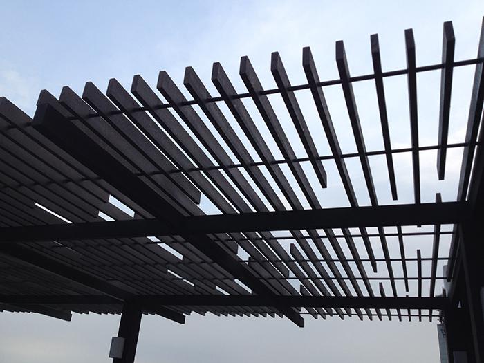 Thanh lam gỗ nhựa TecWood đang được thi công lắp đặt